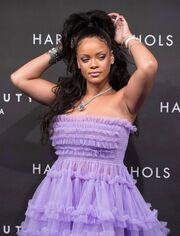 Rihanna: Παρουσίασε τα καλλυντικά της. Η εμφάνιση που συζητήθηκε