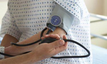 Υπέρταση: Με ποια ανεπάρκεια σχετίζεται – Πώς θα την αντιμετωπίσετε