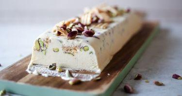 Η συνταγή του Σαββατοκύριακου: Semifreddo με λευκή σοκολάτα και φυστίκια Αιγίνης