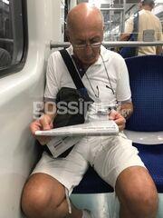 Τον πετύχαμε στο μετρό να διαβάζει την εφημερίδα του