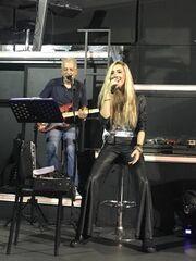 Ελληνίδα τραγουδίστρια στιλάτη ακόμα και στις πρόβες της