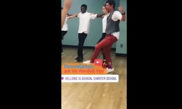 Ο Σάκης Ρουβάς χορεύει πεντοζάλη με μαθητές στη Νέα Υόρκη
