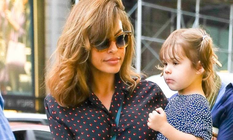H Εύα Μέντες με την 3χρονη κόρη της για ψώνια στους δρόμους της Νέας Υόρκης