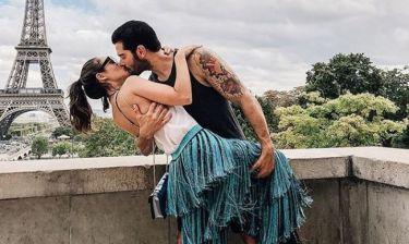 Παθιασμένα φιλιά με φόντο τον Πύργο του Άιφελ