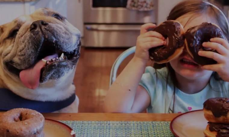 Η σχέση ενός 4χρονου κοριτσιού με το σκύλο της, είναι ένας ύμνος στη φιλία