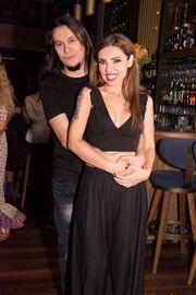Τι έρωτας και αυτός; Κεφαλοκλείδωμα Ελληνίδας τραγουδίστριας στον αγαπημένο της για ένα φιλί!