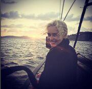 Emilia Clarke: Η πρωταγωνίστρια του Game Of Thrones στη Μύκονο (φωτο)
