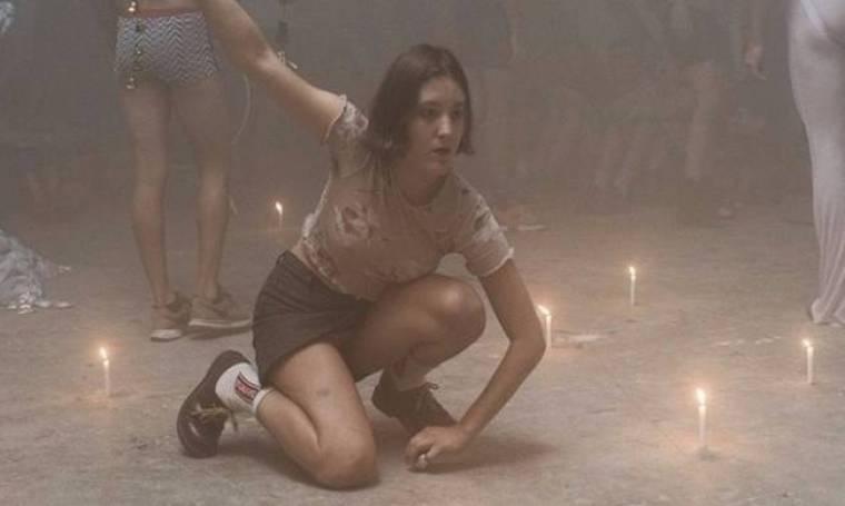 ΕΙΚΟΝΕΣ ΣΟΚ: Δεν φαντάζεστε που έβαλαν αναμμένα κεριά χορευτές σε έκθεση για τους... μετανάστες