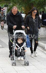 Βόλτα με τον γιο τους-Δείτε πόσο έχει μεγαλώσει