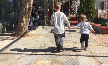 Μεσημεριανή βόλτα με τα παιδιά της για γνωστή ηθοποιό