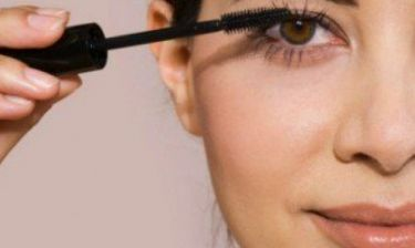 Αδιάβροχη μάσκαρα: Είχες σκεφτεί πως αυτός είναι ίσως ο πιο εύκολος τρόπος να την αφαιρέσεις;