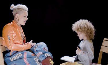 Δείτε πώς μια πεντάχρονη πήρε συνέντευξη από την Pink