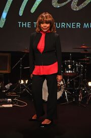 Σπάνια δημόσια εμφάνιση για την 77χρονη Tina Turner