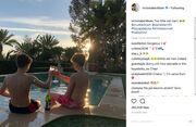Σάλος με τον μικρότερο γιος της Beckham που τα… πίνει με φίλο του στην πισίνα του σπιτιού του