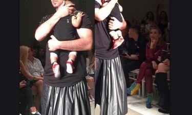 Στην πασαρέλα με τον 6 μηνών γιο του γνωστός Έλληνας της σόουμπιζ