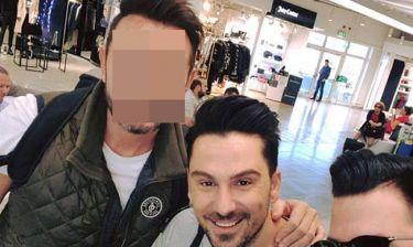 Θανάσης Βασιλάκος: H selfie στο αεροδρόμιο με γνωστό τραγουδιστή κάτι κρύβει