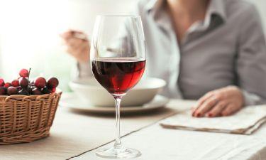 Κόκκινο κρασί: Σε ποια ποσότητα ενισχύει τη γυναικεία γονιμότητα