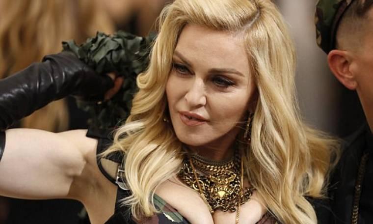 Και η Madonna ταξιδεύει στην... οικονομική θέση