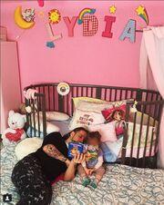 Θα «λιώσετε»! Η Πηνελόπη Αναστασοπούλου φωτογραφίζει τον σύζυγό με την κόρη τους στο παιδικό δωμάτιο