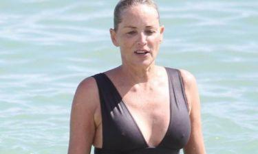 Η Sharon Stone κάνει τις βουτιές της στο Μαϊάμι