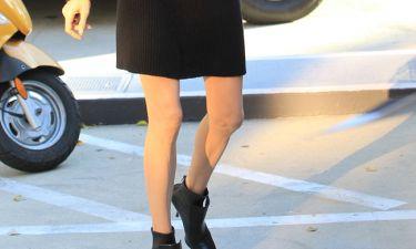 Angelina Jolie: Σοκάρουν τα αδυνατισμένα πόδια της