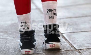 Έβαλε αυτές τις κάλτσες και πήγε βόλτα στην Γλυφάδα