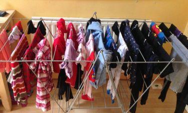 Στέγνωμα ρούχων μέσα στο σπίτι: Οι σοβαροί κίνδυνοι για την υγεία μας