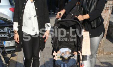 Βόλτα με το μωρό και την αδερφή της στην Γλυφάδα