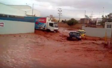 Νέα Πέραμος - Βίντεο ΣΟΚ: Πολίτες τρέχουν να γλιτώσουν από την ορμή του χειμάρρου