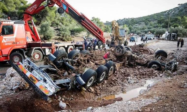 Πλημμύρες δυτική Αττική: Μάχη με τις λάσπες για να βρεθούν οι αγνοούμενοι - Σε απόγνωση οι πληγέντες