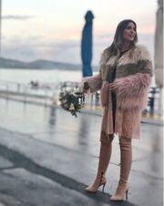 Αθηνά Οικονομάκου: Νέα φωτό μετά τον γάμο – Ποζάρει κρατώντας την ανθοδέσμη της με φόντο τη θάλασσα