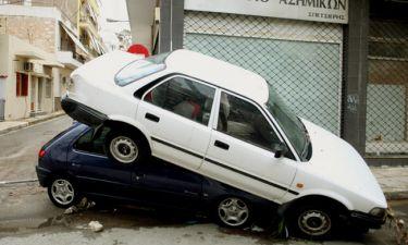 Κακοκαιρία: Η απίστευτη πατέντα Έλληνα οδηγού για να μη χάσει το αυτοκίνητό του από τις βροχές