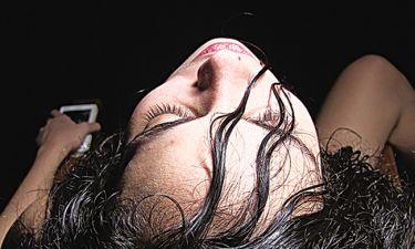 Μαριέλλη Μανουδάκη: Στο θεατρικό σανίδι με τολμηρή σκηνή – Αυνανισμός μπροστά στους θεατές