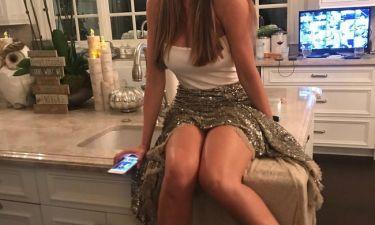 Ποζάρει σέξι στον πάγκο της κουζίνας της και «αναστατώνει» στα 45 της η…