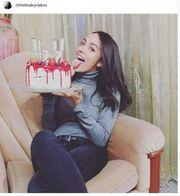 Ηθοποιός του «Μπρούσκο» ποζάρει με την τούρτα γενεθλίων της