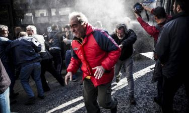 Σοβαρά επεισόδια σε Μέγαρο Μαξίμου και Βουλή - Άγριες συγκρούσεις διαδηλωτών του ΠΑΜΕ και ΜΑΤ (pics)