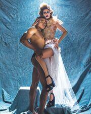 Πρωταγωνίστρια του Mega ποζάρει με ημίγυμνο άντρα σε ρόλο μοντέλου