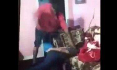 Βίντεο – σοκ: Πατέρας μαστιγώνει και ξυρίζει το κεφάλι ανήλικο κορίτσι επειδή κατέβασε το Snapchat