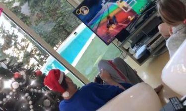 Παίζοντας ηλεκτρονικό παιχνίδι με την κόρη του στο στολισμένο τους σπίτι ο…