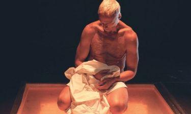 Γυμνός στη σκηνή ο Φραγκάκης