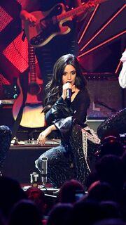 Σκίστηκε το παντελόνι της... on stage