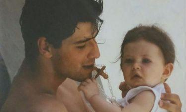 Πόζαρε μερικά χρόνια πριν στην αγκαλιά του Σάκη Ρουβά η κόρη της..