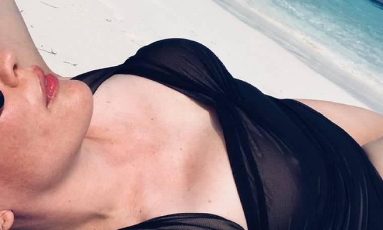 Φοράει διάφανο μαγιό και απολαμβάνει τις εξωτικές διακοπές της