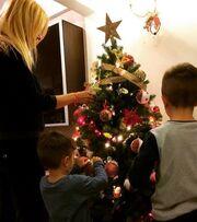 Η οικογένεια Γκουντάρα στόλισε το δέντρο της και ο μικρός γιος είχε την... απορία