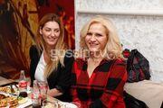 Η Μπέσυ Μάλφα διασκέδασε με την παρέα της σε εστιατόριο στην Νέα Σμύρνη