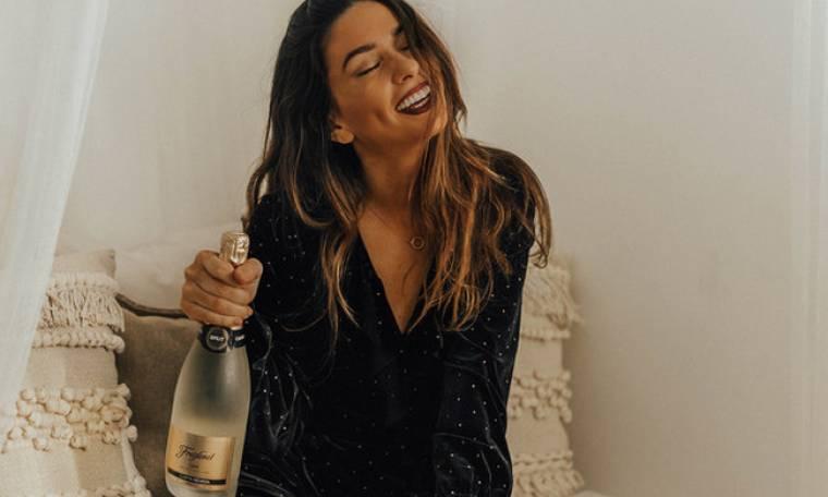 Το ρόφημα που πρέπει να πίνεις όλη μέρα για να έχεις το βράδυ επίπεδη κοιλιά