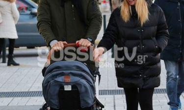 Σπάνια εμφάνιση: Γνωστό ζευγάρι της ελληνικής σόουμπιζ για βόλτα στη Γλυφάδα με την κορούλα του!