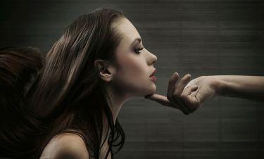 Τα δάχτυλα του άντρα προδίδουν ποιο τύπο γυναίκας προτιμά!