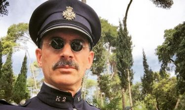 Αγνώριστος ο Έλληνας ηθοποιός με… μουστάκι!