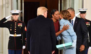 Η Μισέλ Ομπάμα αποκαλύπτει το δώρο της Μελάνια Τραμπ στην τελετή παράδοσης στον Λευκό Οίκο